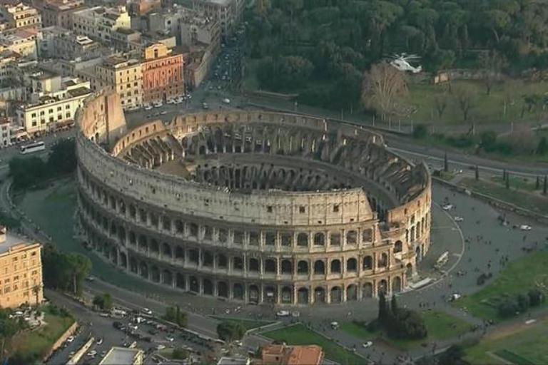 El Papa tuvo un último vuelo de privilegio, sobrevolando el Coliseo romano. Foto AP
