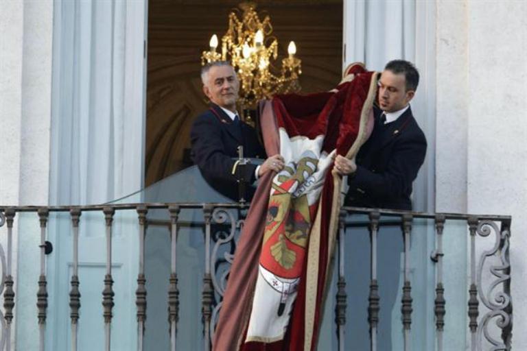 Miembros de la residencia papal recogen la bandera del último discurso público. Foto AP