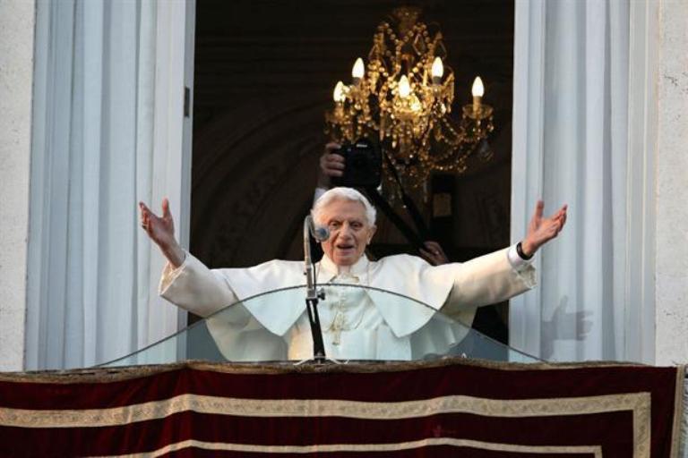 Ya en la sede de Castelgandolfo salió al balcón a saludar a la gente que lo esperaba. Foto AP