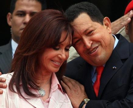 6 de marzo de 2008. Chávez saluda afectuosamente a su homóloga argentina, Cristina Fernández de Kirchner, en el palacio presidencial de Miraflores, en Caracas. © AFP Juan Barreto