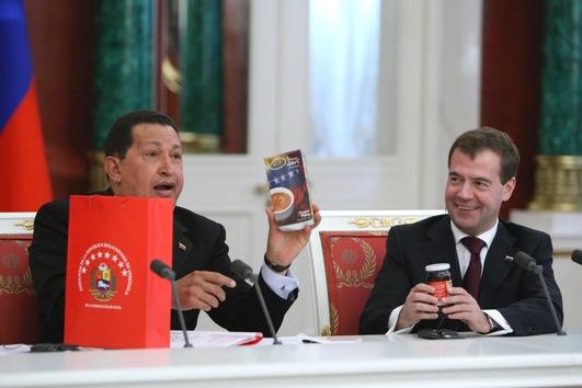 15 de octubre de 2010. Hugo Chávez entrega unos regalos a Dmitri Medvédev, ex presidente de Rusia (2008-2012) y actual primer ministro, durante una conferencia de prensa celebrada en el Kremlin. © RIA Novosti Mikhail Klimentyev