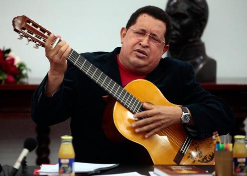 20 de septiembre de 2012. Hugo Chávez toca la guitarra durante un Consejo de Ministros en el palacio presidencial de Miraflores en Caracas. © AFP Presidencia