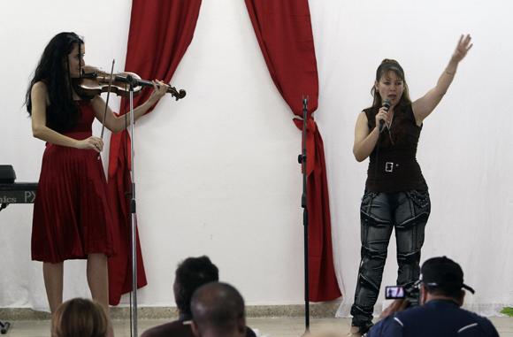 Internas ofrecen momento cultural a la Prensa en la Carcel de mujeres de la Habana. Foto: Ismael Francisco/Cubadebate.