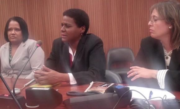 """Zuleica Romay (al centro) presentó en Ginebra su libro """"Elogio de la altea"""". A su derecha, la embajadora de Cuba ante el Consejo de Derechos Humanos, Anayansi Rodríguez. A su izquierda, Rebeca Hernández, de la oficina de prensa de la Cancillería de la Isla. Foto: Cubadebate."""