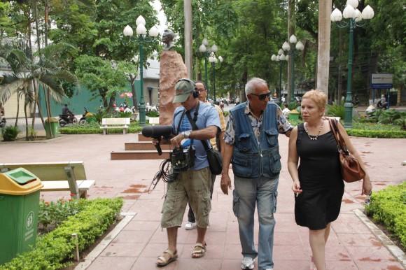Filmando en el parque en memoria de José Martí en el centro de Hanoi. Foto: Cubadebate