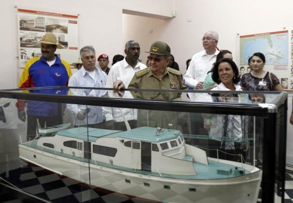 Maduro y Raúl junto a una réplica del Yate Granma. Foto: Ismael Francisco/Cubadebate