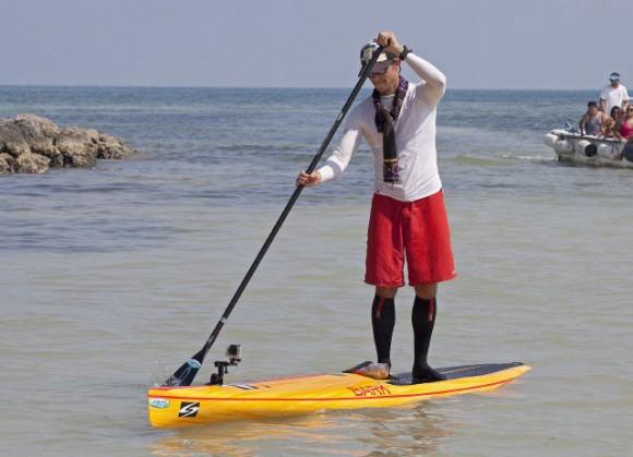 Ben Friberg rema los últimos metros para llegar en Key West, Florida, Viernes, 02 de agosto 2013, después de completar un viaje de 111 millas desde Cuba a través del Estrecho de la Florida a la Cayos de Florida. Carol Tedesco / AP.