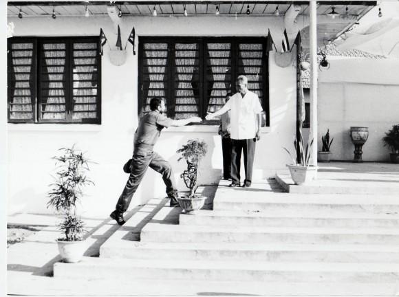 Fidel llega a la residencia de Pham Van Dong. 1973 septiembre. Foto: Estudios Revolución/Cubadebate