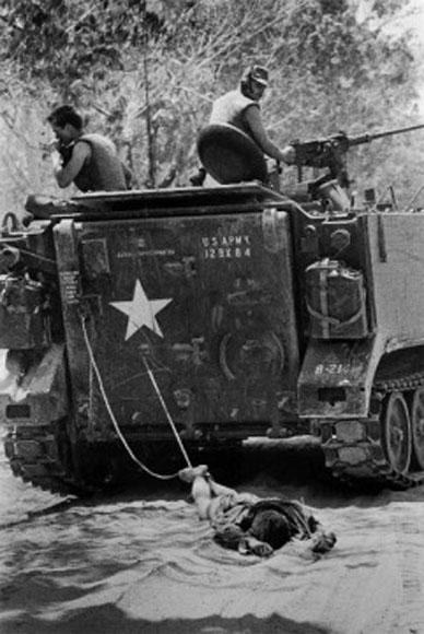 Las tropas americanas arrastran el cuerpo de un soldado Viet Cong en Tan Bihh, Vietnam del Sur.