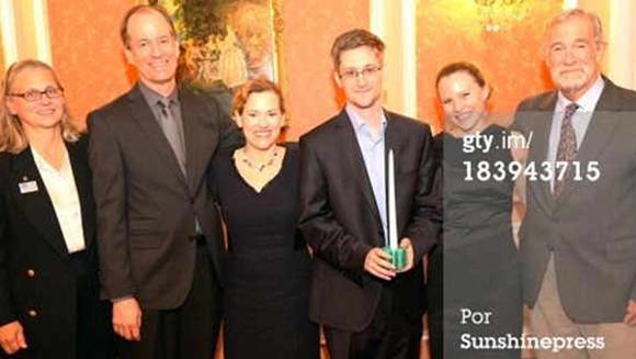 Snowden, acompañado cuatro ex informantes de las actividades ilegales de la CIA, el NSA y el FBI.