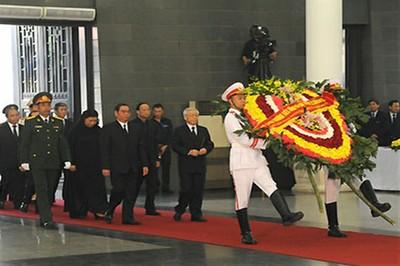 La delegación del Gobierno encabezada por el primer ministro Nguyen Tan Dung efectuó homenaje. Foto: VOVworld