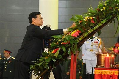 Los funcionarios del gobierno observan de 1 minuto de silencio en memoria del general Giap. Foto: VOVworld.