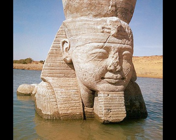 Una esfinge del templo de Ramsés II se encuentra parcialmente sumergida en el agua. Fue transladada para evitar su destrucción con motivo de las fuertes inundaciones del Nilo durante la construcción de la presa de Asuán.