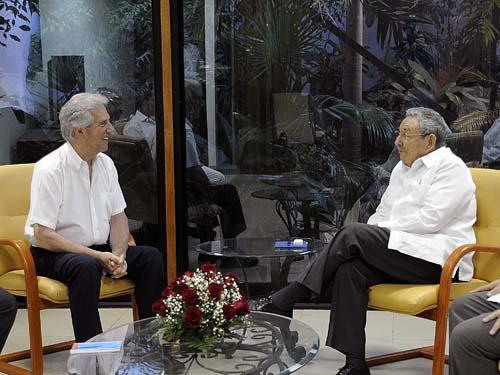 El General de Ejército Raúl Castro Ruz, Presidente de los Consejos de Estado y de Ministros, recibió en horas de la tarde de este martes al Dr. Tabaré Vázquez, ex Presidente de la República Oriental del Uruguay, quien se encuentra en nuestro país.