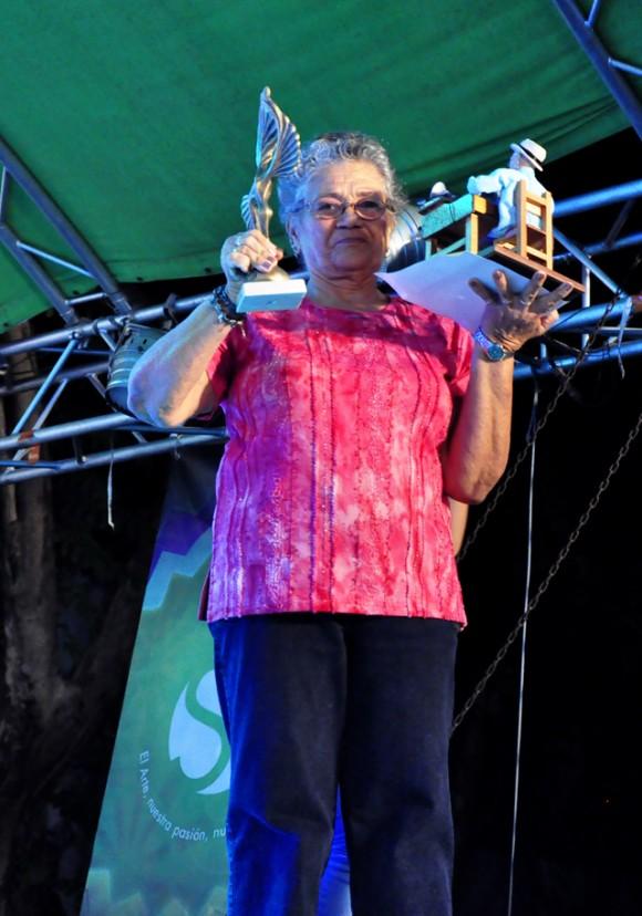 13 Recibe el premio al periodismo en representación de Rolando Segura, su madre. Foto. Roberto Garaicoa. Cubadebate.