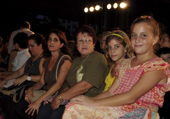 1Madre e hijas de Ania Pino Foto. Roberto Garaicoa, Cubadebate.