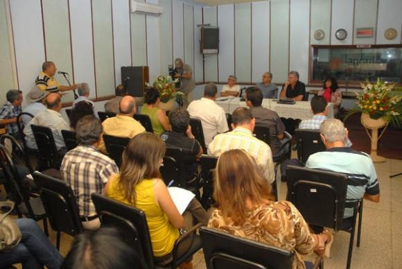 Encuentro entre Miguel Díaz-Canel Bermúdez, miembro del Buró Político del Partido Comunista de Cuba (PCC) y Primer Vicepresidente de los Consejos de Estado y de Ministros, y periodistas, realizado en el estudio 2 de la emisora provincial Radio Angulo, de la ciudad de Holguín, Cuba, el 2 de noviembre de 2013. Foto: Juan Pablo Carreras / AIN.