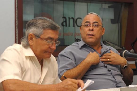 Intervención de Luis Antonio Torres Iribar (D), primer secretario del Partido Comunista de Cuba (PCC) en Holguín durante el encuentro con periodistas, realizado en el estudio 2 de la emisora provincial Radio Angulo, en el oriente de Cuba, el 2 de noviembre de 2013. Foto: Juan Pablo Carreras / AIN.