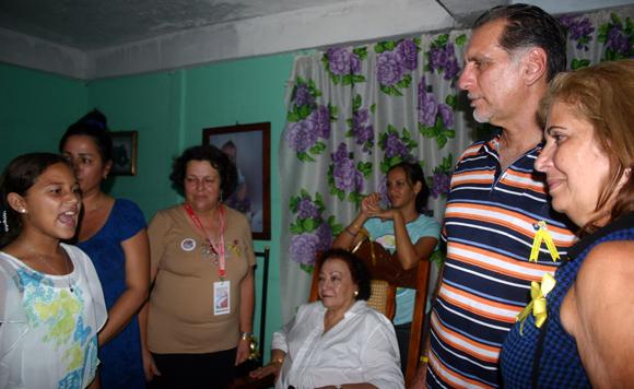 Una pionera declama para los presentes.  Foto: Daylén Vega / Cubadebate.