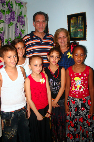 René González junto a su esposa Olga, y pequeños de la comunidad.  Foto: Daylén Vega / Cubadebate