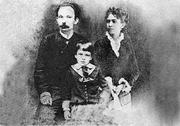 De izquierda a derecha: José Martí, José Francisco Martí y Carmen Zayas Bazán