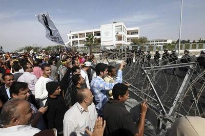 Simpatizantes del presidente depuesto rodean la Academia Policial de El Cairo. Foto: EFE.