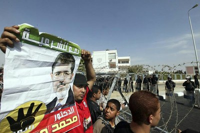 La Policía egipcia dispersa con gas lacrimógeno a manifestantes pro-Mursi. Foto: EFE.