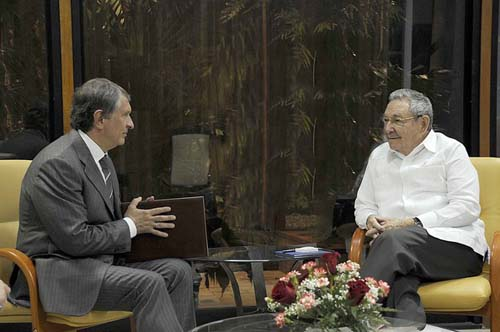 Raúl y Sechin intercambiaron además acerca de la actualización del modelo económico cubano. Foto: Estudios Revolución.