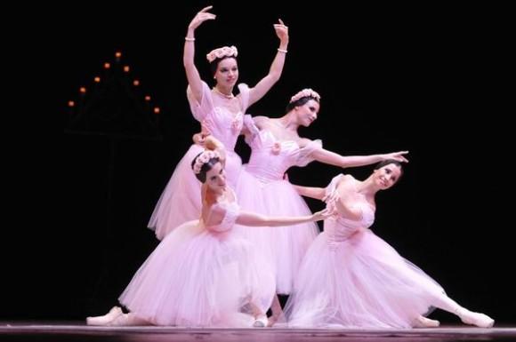 Obra Grand pas de Quatre presentada en la Gala especial por el aniversario 65 Ballet Nacional de Cuba (BNC), realizada en  la Sala Avellaneda del Teatro Nacional, en La Habana, el 26 de diciembre de 2013.  AIN FOTO/Roberto MOREJÓN RODRÍGUEZ