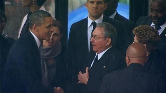 Barack Obama estrecha la mano a Raúl Castro en el memorial de Nelson Mandela. Foto: EFE