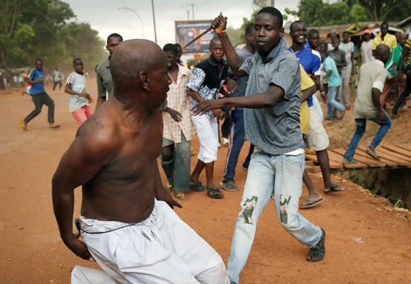 Un cristiano amenaza a un miembro de los Séléka en una calle de Bangui cerca del aeropuerto (República Centroafricana), 9 de diciembre de 2013. Foto: JEROME DELAY (AP)