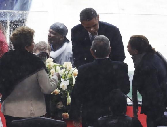 Momento del saludo entre Obama y Raúl. Foto: AP