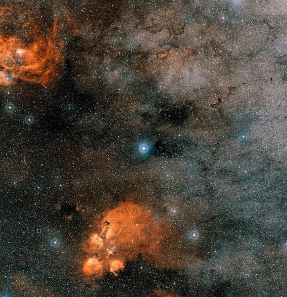 Os astrônomos acreditam ter encontrado planetas em torno da estrela Gliese 667 múltipla cujo meio envolvente está aqui.  E não apenas alguns, mas sete exoplanetas em um sistema semelhante ao nosso, incluindo alguns na zona habitável onde poderia existir vida.