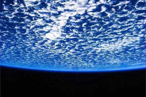 Nada poderia ser melhor do que a de flutuar acima do nosso mundo em uma nave espacial.  A imagem, twittou pelo astronauta da ESA Luca Parmitano, mostrando a beleza do nosso planeta, com o céu mar reunião em uma bolha perfeita de espaço.