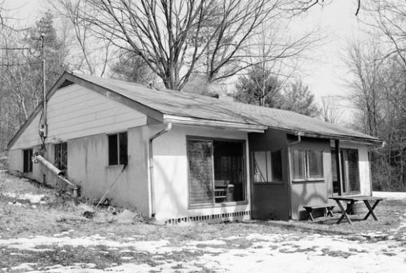 Después, huyeron a una casa de campo, cerca de Pottstown, Pensilvania, donde pasaron 10 días clasificación a través de la documents.BETTY Medsger