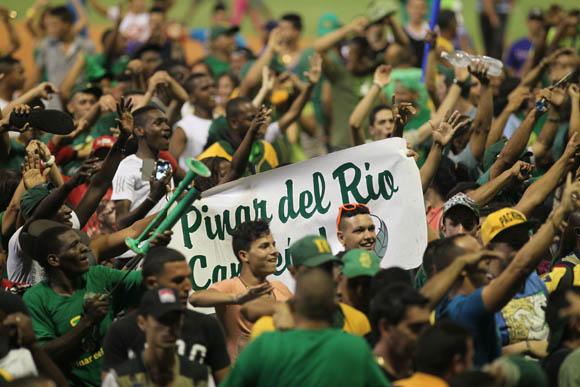 La afición pinareña presente en el Victoria de Girón celebra el triunfo. Foto: Ismael Francisco/Cubadebate