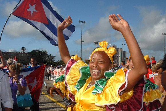 Participante en el desfile por el Día Internacional de los Trabajadores, celebrado en la Plaza de la Revolución Mayor General Calixto García, de la ciudad de Holguín, Cuba, el 1ro. de mayo de 2014. AIN FOTO/Juan Pablo CARRERAS