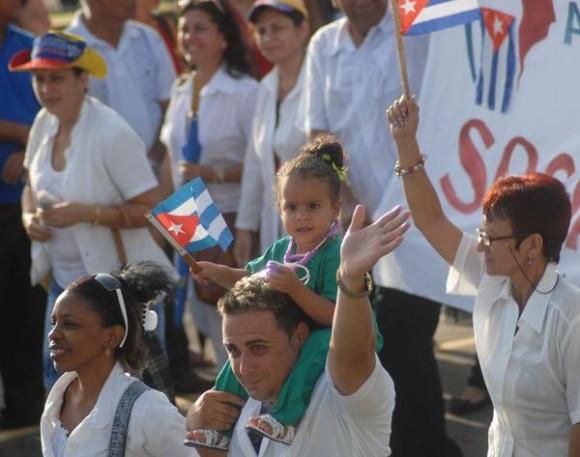 La más joven generación acompañó a  sus padres en el desfile de los espirituanos este Primero de Mayo, en la Plaza Mayor General Serafín Sánchez Valdivia, en Sancti Spíritus, el 1 de mayo de 2014. AIN FOTO/Oscar ALFONSO SOSA