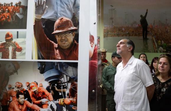 René González rinde homenaja a Hugo Chávez en visita al Cuartel de la Montaña. Fotos: Vicepresidencia de Venezuela
