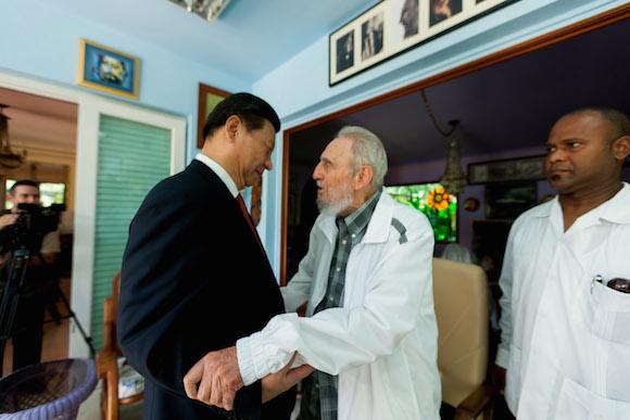 El líder histórico de la Revolución cubana, Fidel Castro Ruz, sostuvo en la mañana de este martes un fraternal encuentro con el Presidente de la República Popular China, compañero Xi Jinping, quien encabeza una numerosa delegación que realiza una visita oficial a nuestro país.