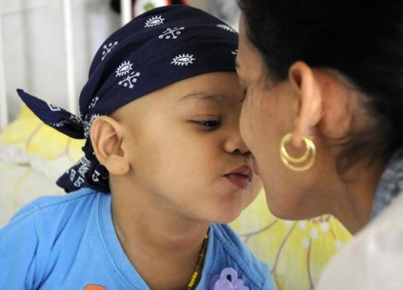 Paciente de la sala de pediatría del  Instituto Nacional de Oncología y Radiología (INOR), en La Habana, Cuba, el 15 de agosto de 2014.  AIN FOTO/Abel PADRÓN PADILLA