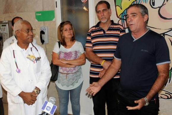 Lázaro Núñez (D), Presidente de la Cooperativa de Créditos y Servicios  Fortalecida (CCSF), Frank País García del municipio de Alquízar, provincia de Artemisa, durante el acto de entrega de una donación de esa entidad, a la sala de pediatría del  Instituto Nacional de Oncología y Radiología (INOR) , en La Habana, Cuba, el 15 de agosto de 2014.   AIN FOTO/Abel PADRÓN PADILLA/