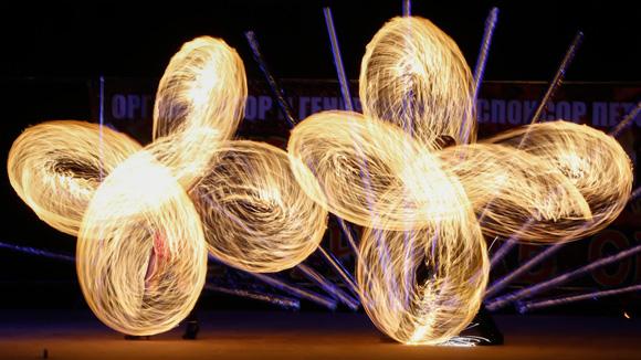 Artistas realizan piruetas con fuego enel festival internacional de fuegos en Ratomka, Bielorrusia. Foto: Vasily Fedosenko/Reuters.