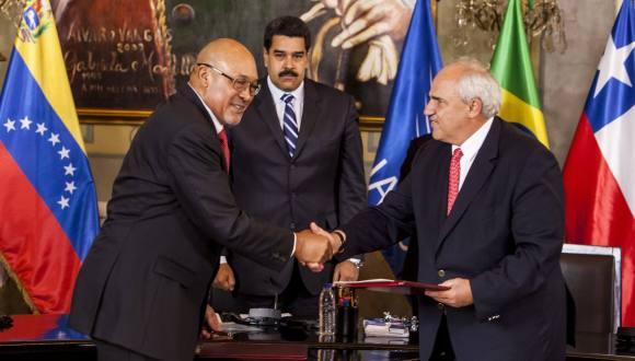 El expresidente colombiano, Ernesto Samper, fue juramentado por el jefe de Estado de Surinam, Desiré Bouterse, presidente protempore de UNASUR. Foto: EFE.