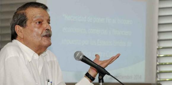 """Abelardo Moreno,  Vicecanciller cubano durante la presentación ante la prensa del Informe de Cuba sobre la resolución 68/8 de la Asamblea General de la ONU """"Necesidad de poner fin al bloqueo económico, comercial y financiero impuesto por los Estados Unidos de América contra Cuba"""", realizada en la escuela especial Solidaridad con Panamá, en La Habana, el 9 de septiembre de 2014.  AIN FOTO/Roberto MOREJON RODRIGUEZ"""