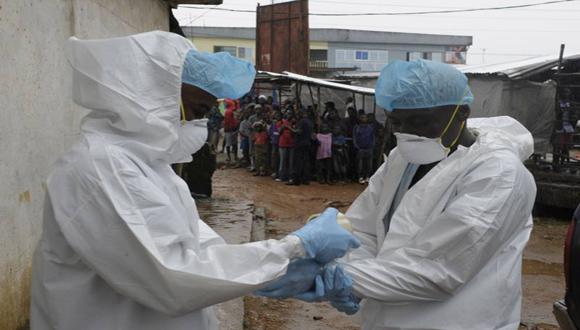 Sanitarios se preparan para trasladar el cuerpo de un infectado por el virus. Foto: DPA.