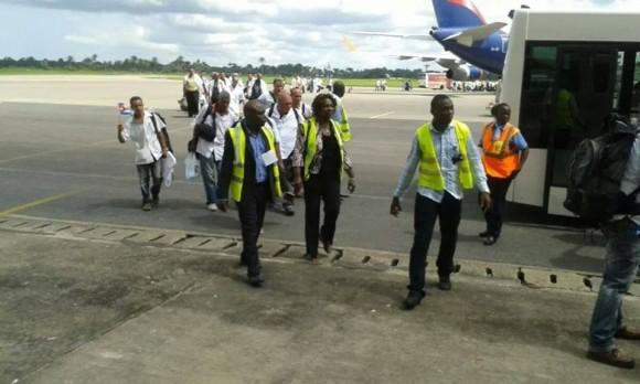En la mañana de este miércoles arribaron a Sierra Leona los médicos cubanos que se unirán a la lucha contra el ébola en ese país. Foto: Embajada de Cuba en Ghana/ Facebook