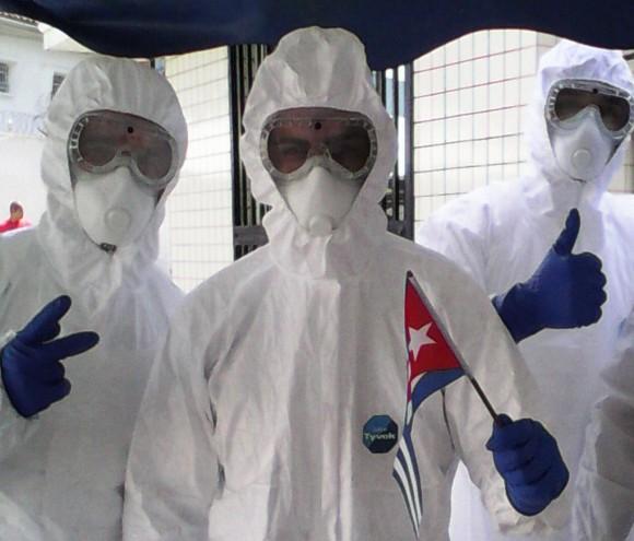 Médicos cubanos en Sierra Leona combatiendo el ébola: Foto tomada de Facebook.