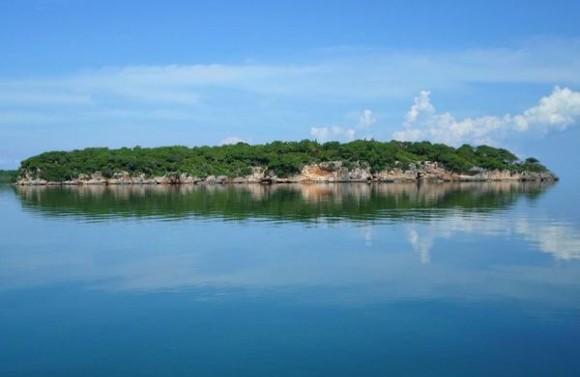 Vista del lado este de Cayo Ají Chico, uno de los que conforman los Cayos de Piedra, formación única de su tipo en el país, ubicada en la Bahía de Buenavista, en la porción correspondiente al Parque Nacional Caguanes, en Sancti Spíritus, Cuba, el 19 de octubre de 2014.   AIN FOTO/Oscar ALFONSO SOSA