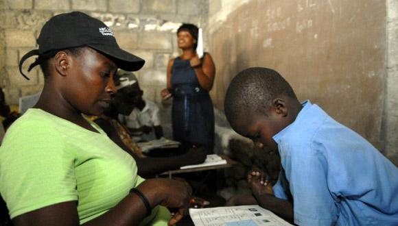 Aplicación del método de enseñanza Yo sí puedo en Haití. Foto: Roberto Suárez.